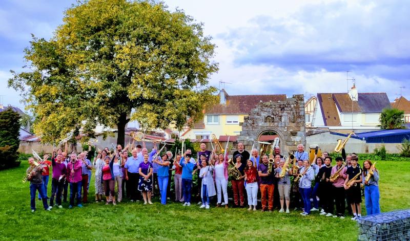 Musiciens de l'orchestre d'harmonie de Saint Brieuc avec un arbre et plein de couleurs